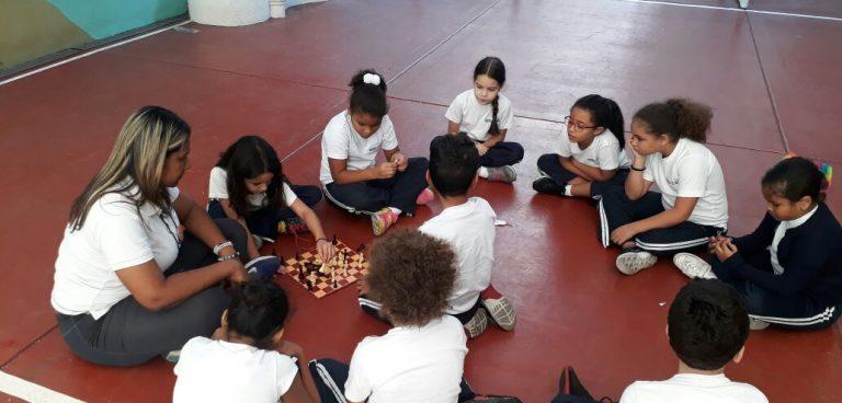 Los chicos en juegos de ajedrez